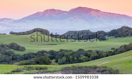 Sunset over Mount Diablo and grassy rolling  hills. Briones Regional Park, Contra Costa County, California, USA. Foto stock ©