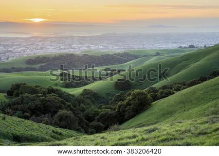 Sunset over San Francisco Bay Area. Springtime Sunset at Garin-Dry Creek Pioneer Regional Parks, San Francisco East Bay, California, USA. Stockfoto ©