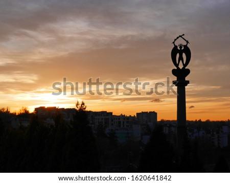 sunset statue monument twilight city