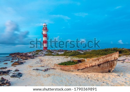 Sunset view of the Punta Cancún Lighthouse (Faro de Punta Cancun) at the north end of the Hotel Zone (Zona Hotelera) in Cancún, Mexico Foto stock ©