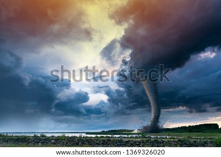 Super Cyclone or Tornado forming destruction over a populated landscape with a home or house on the way. Severe storm weather clouds. Foto stock ©