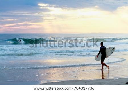 Surfer watching surfer. Сток-фото ©