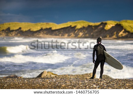 Surfer watching the conditions at the bay Zdjęcia stock ©