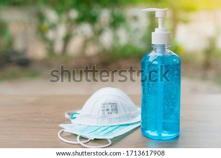 Surgical masks, N95 and hand sanitizer gel for hand hygiene spread protection. Devices for coronavirus or COVID-19 disease prevention. Stock foto ©