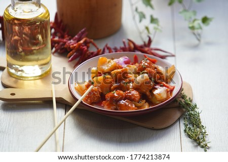 Sweet and Sour Chicken - The dish consists of deep fried pork or chicken with corn flour batter into bite-sized pieces and subsequently coated with the sweet and sour sauce that consists of ketchup, c Stok fotoğraf ©