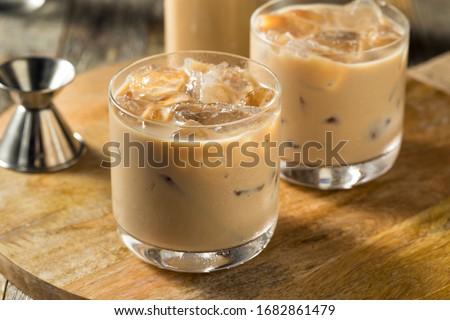 Sweet Boozy Irish Cream Mudslide Cocktail  with Ice Foto stock ©