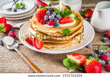 Sweet french and russian style homemade pancake crepes. Layered crepe cake with whipped cream or mascarpone cheese and fresh berries,  Foto stock ©