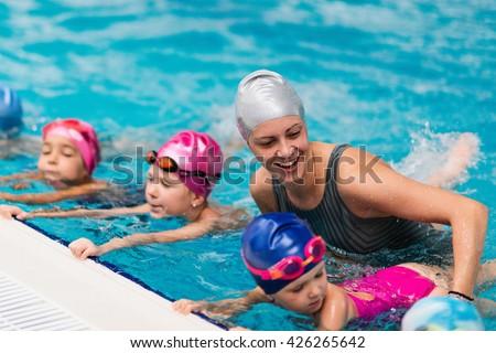 Swimming school - Swimming instructor with children Stockfoto ©