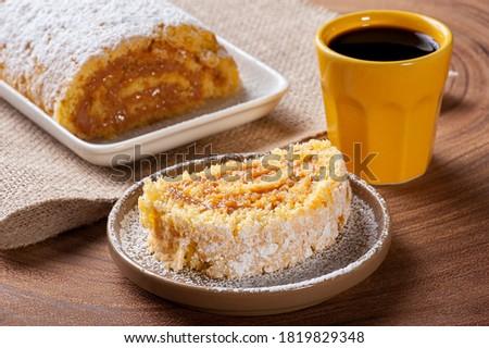 Swiss roll cake stuffed with dulce de leche. Roulade cake - Rocambole Foto stock ©