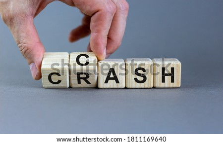 Symbol for selling stocks before a crisis. Hand turns a cube and changes the word crash to cash. Beautiful grey background, copy space. Business concept. Foto d'archivio ©