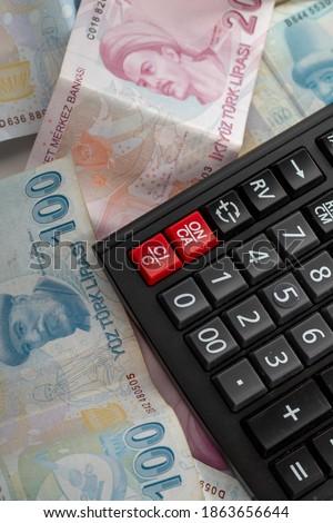 Türk Lirası ile beyaz arka plan üzerinde modern hesap makinesi, İşletme ve Finans muhasebe kavramı Stok fotoğraf ©