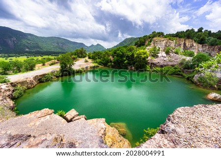 Ta Pa lake in s sunny day. It's located on the top of a mountain and looked like a giant emerald-coloured mirror. Foto stock ©