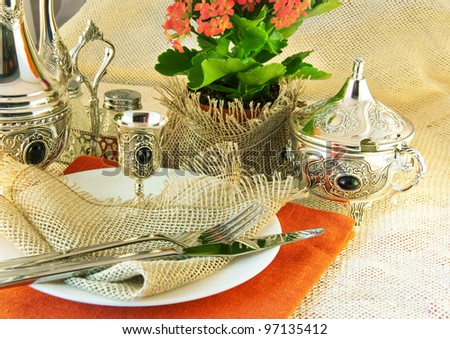 Table layout by table silver and natural flowers