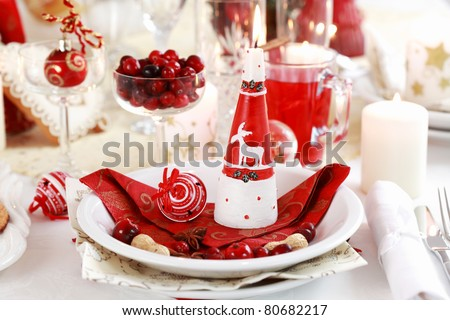 Table setting for Christmas with apple pie and cranberry punch