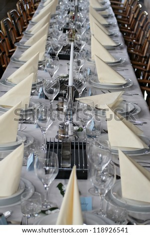 table with place settings vertical