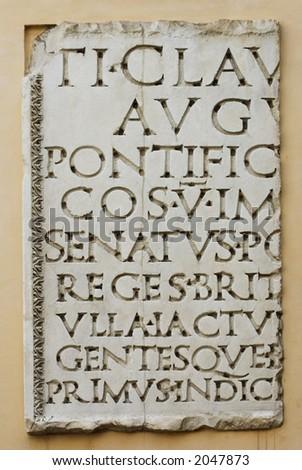 Tablette mit lateinischen Zeichen