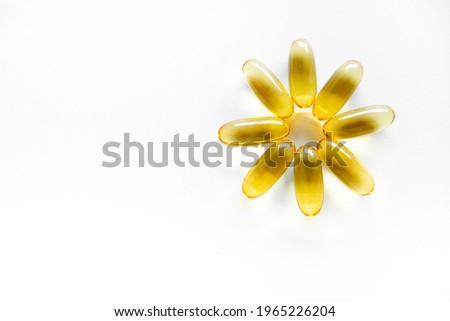 tabletten in de vorm van bloemcapsules of zachte capsules, of voedingssupplementen: op een witte achtergrond om te kopiëren. visolie, omega-3, omega-6, omega-9, vitamine A, vitamine D3, vitamine E, te Stockfoto ©