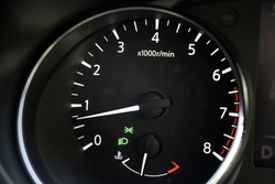 Tachometer in a Nissan qashqai showing an idling engine