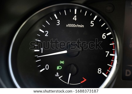 Tachometer in a Nissan qashqai showing an idling engine Photo stock ©