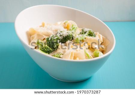 tagliatelle alfredo primavera, creamy sauce with vegetables and home made pasta Foto stock ©