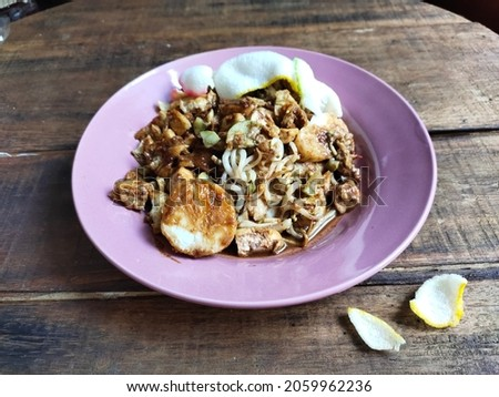 Tahu tek is a typical East Javanese dish, consisting of tofu, rice cake, egg, fried potatoes, a little bean sprouts, and sliced cucumber, then doused with peanut sauce mixed with petis on top Stok fotoğraf ©