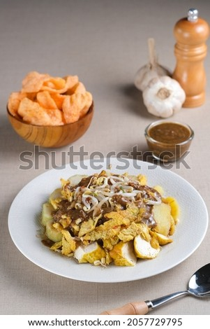 Tahu Tek is an Indonesian traditional food originating from Surabaya, East Java. Made from tofu, eggs, bean sprouts, rice cake, potatoes, and peanut sauce mixed with petis which is made from shrimp.  Stok fotoğraf ©