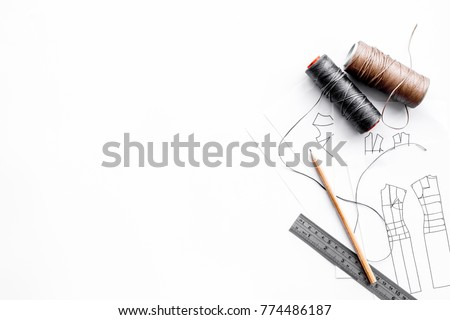 Tailor's work desk. Pattern of clothing and tools on white background top view copyspace Foto stock ©