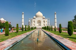 Taj Mahal mausoleum built in 1643 by Mughal emperor Shah Jahan to house the tomb of his wife Mumtaz Mahal, Agra, India