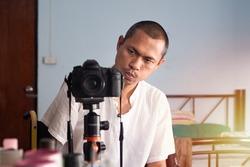 Take a picture through a mirror;Professional photographer;Mirror photo.