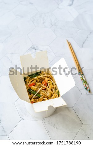 Take Away Asian Food Pad Thai Noodles with Shrimp and Crushed Peanuts in Plastic Box Package Container. Take Out. Ready to Eat. Foto stock ©