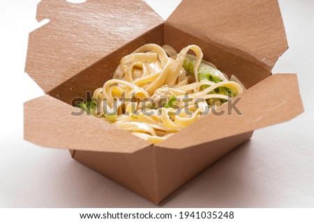take away container with chicken fetuccine alfredo primavera Foto stock ©