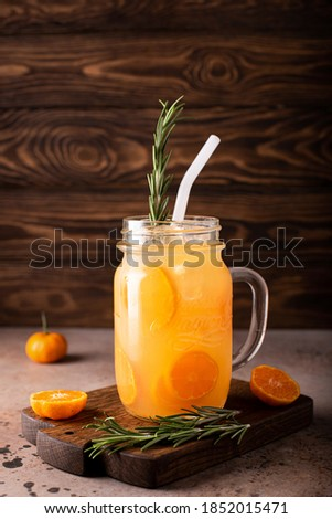 tangerine juice with tangerine wedges and ice in a glass mug Stockfoto ©