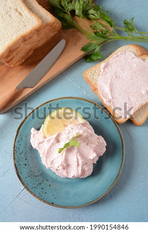 Taramosalata Greek spread Paste (pate) made of ground fish, shrimps, and caviar, served with lemon. Fish Egg Paste Tarama (white and rose), popular Israeli snack.  Stok fotoğraf ©