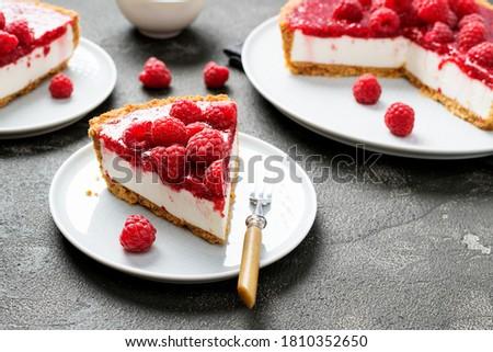 Tart , pie , cake with jellied fresh raspberries ( no bake cheesecake) Foto stock ©