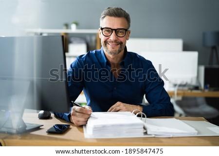 Tax Accountant Advisor Man Doing Sales Invoice Accounting Stock foto ©