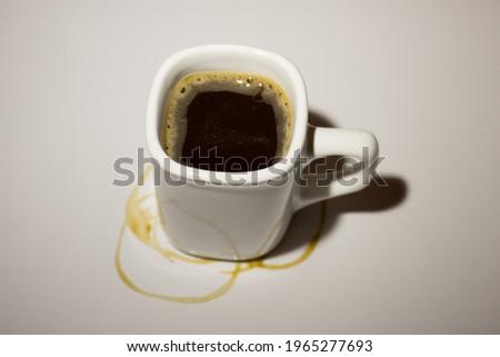 Taza de café desenfocado con manchas sobre un fondo blanco Stockfoto ©
