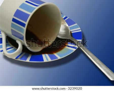 Taza de café volcada sobre fondo azul Foto stock ©