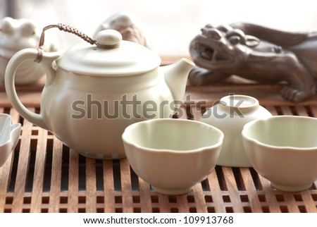 tea cups with teapot in teaboard