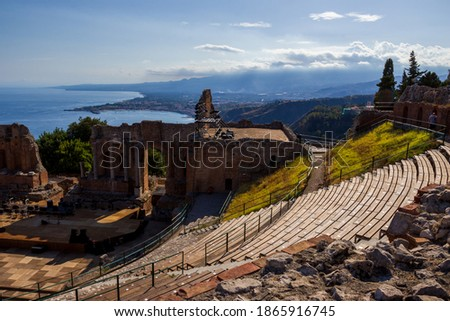 Teatro Antico di Taormina.  Remains of the ancient Greco-Roman theatre with views across to Mount Etna and the coast Foto stock ©