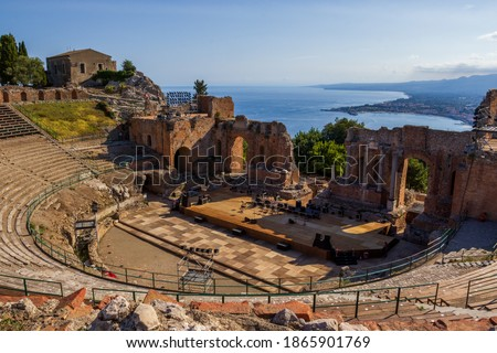 Teatro Antico di Taormina with view over the bay and Mount Etna in the background.  Remains of the Greco-Roman theatre Foto stock ©