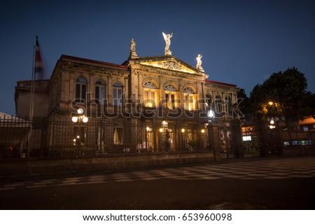 Shutterstock Teatro Nacional de Noche. San Jose, Costa Rica.