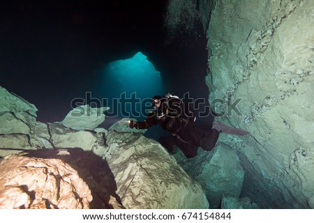 technical cave diver in kilsbys sinkhole mount gambier australia