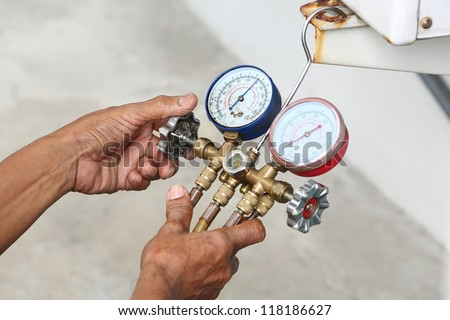 Technician inspection refrigerant pressure of air conditioner