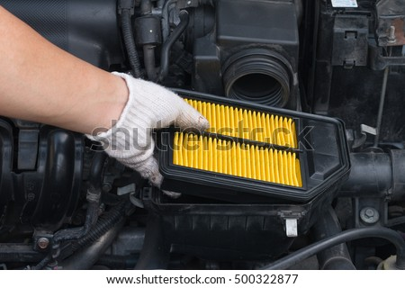 Technician is changing new air filter for car #500322877