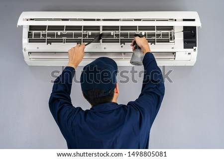 technician service cleaning the air conditioner indoors Foto stock ©