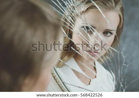 Looking in broken mirror sad - Superstizione specchio rotto ...