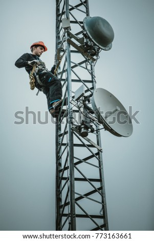 Telecom Worker Cliping Carabiner Harness for Safety on Antenna Tower