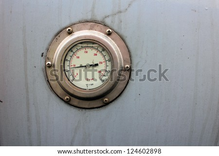 Temperature measurement installed into a metal tank