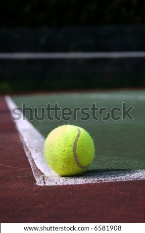 tennis ball in the a tennis court, valid ball