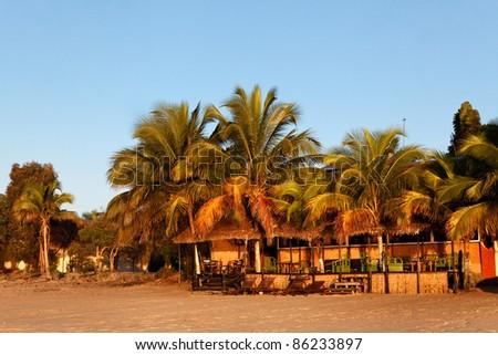 Terrasse de rêve sur la plage de sable fin au levée du jour